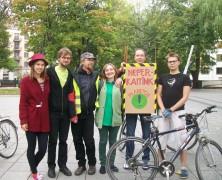 Žalieji dienos be automobilio proga viešojo transporto keleiviams dėkos obuoliais